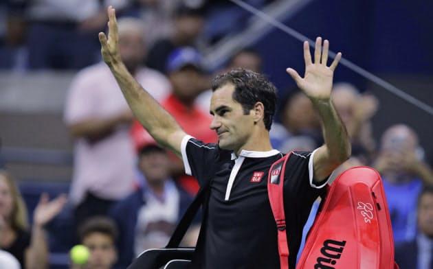 全米オープンの準々決勝で敗退後、手を振って観客の応援に感謝するフェデラー=AP