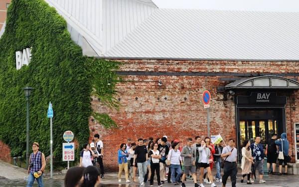 年間300万人を超える訪日客は今や観光の主役(函館市内)