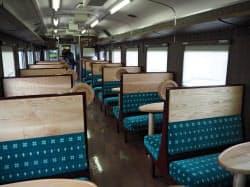席の背もたれやテーブルなどに木材をふんだんに使った(6日、札幌市)