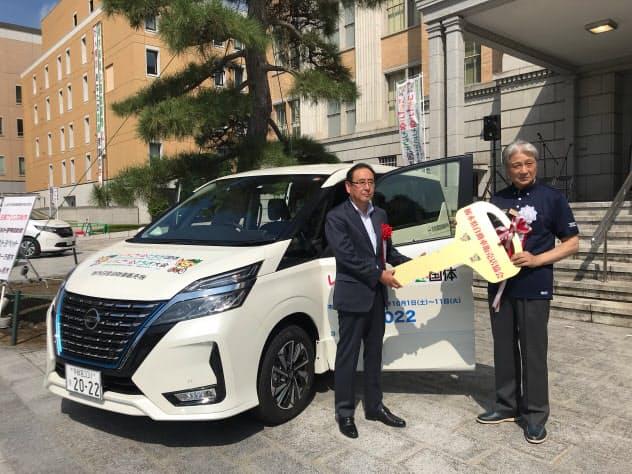 栃木国体・全国障害者スポーツ大会への協賛車の提供を受けた福田知事(右)