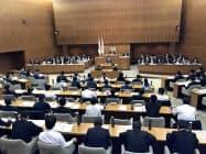 本会議2日目はIR誘致をめぐって与野党が激しく対立した(6日、横浜市)