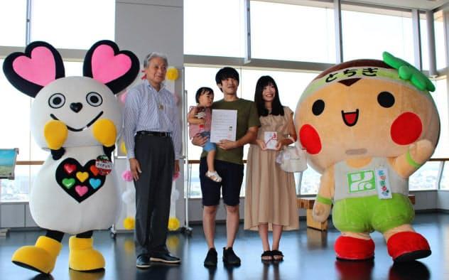 阿久津さん一家に福田知事(左)から記念品などが贈られた