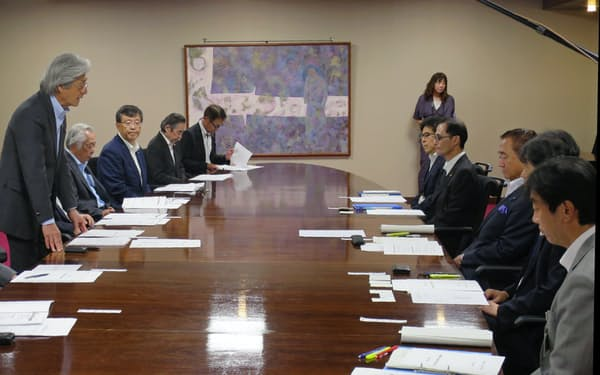 横浜商議所の上野孝会頭(左)らが政策要望した(横浜市)