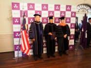同志社大から名誉文化博士号を贈られたマレーシアのマハティール首相(中)(6日、京都市上京区)