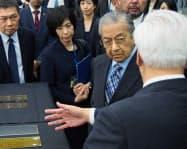 マハティール首相は京都企業も視察した(6日、京都市南区のTOWA本社)