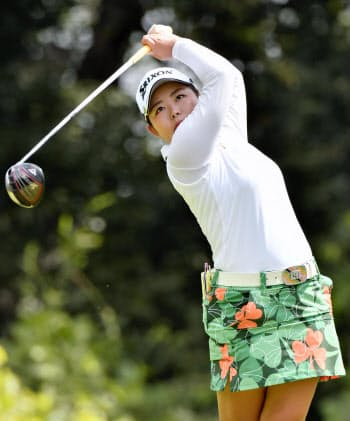 第1日、9アンダーで首位の浅井咲希(6日、ゴルフ5カントリーサニーフィールド)=共同
