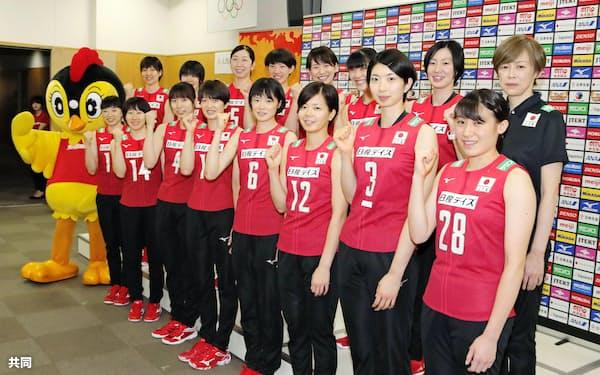 記者会見でポーズをとるバレーボール女子日本代表の中田監督(後列右端)ら(6日、味の素ナショナルトレーニングセンター)=共同