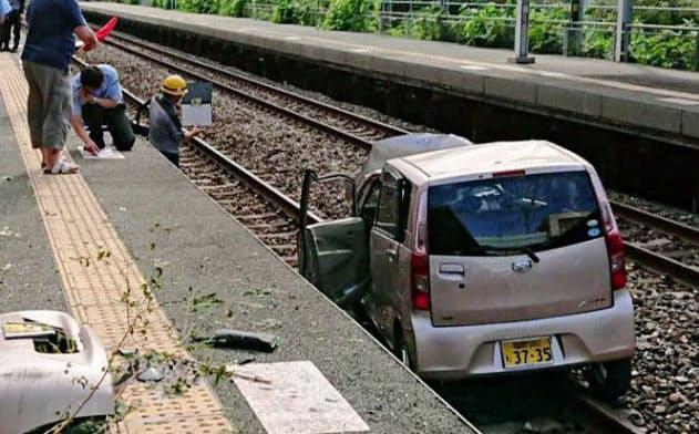 JR東福間駅構内の線路に転落した軽乗用車=6日、福岡県福津市(駅利用者提供)=共同