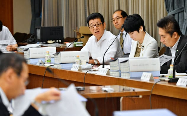 法定協議会で発言する松井大阪市長(奥中央)=8月26日、大阪市役所