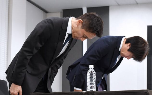 記者会見で頭を下げるリクルートキャリアの小林大三社長(左)ら(8月26日、東京都千代田区)