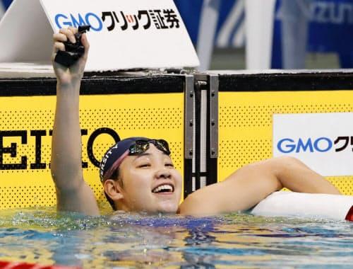 女子200メートル背泳ぎで優勝し、喜ぶ白井璃緒(6日、東京辰巳国際水泳場)=共同