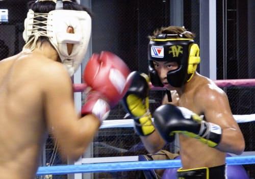 練習するWBAとIBFバンタム級王者の井上尚弥(6日、横浜市の大橋ジム)=共同