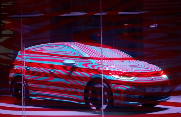 VWは9月に初披露する「ID.3」を皮切りにEV攻勢をかける(写真はカムフラージュした車両。5月、ベルリン)