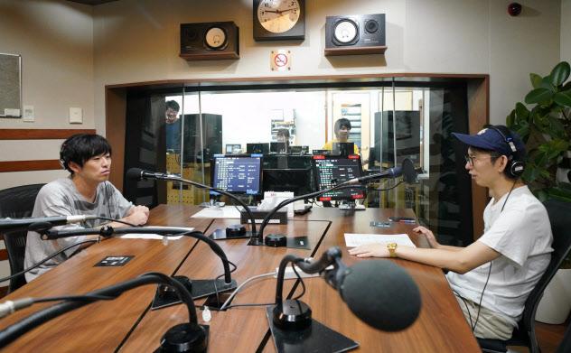 オンエア前にリハーサルをする「TOKYO FM」のパーソナリティー(東京都千代田区)
