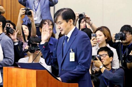 6日、ソウルの国会で開かれた聴聞会で宣誓する曺国氏=聯合・共同