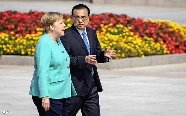 6日、北京で面会した中国の李克強首相(右)とドイツのメルケル首相=AP