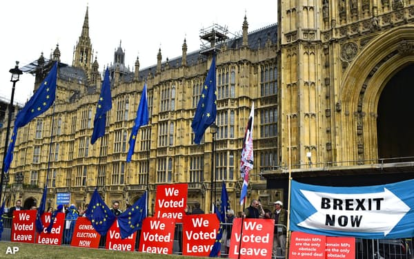 ロンドンの英議会前で早期のEU離脱を訴える市民ら=AP