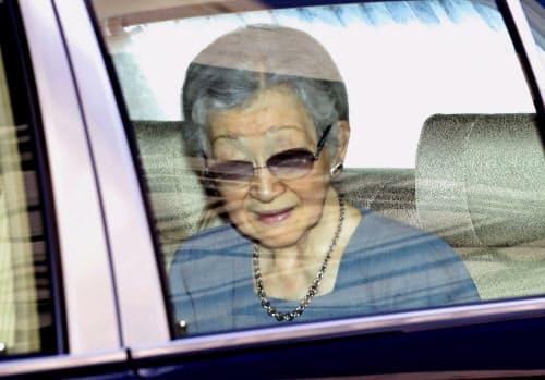 入院のため東大病院に到着された上皇后美智子さま(7日午前、東京都文京区)=代表撮影