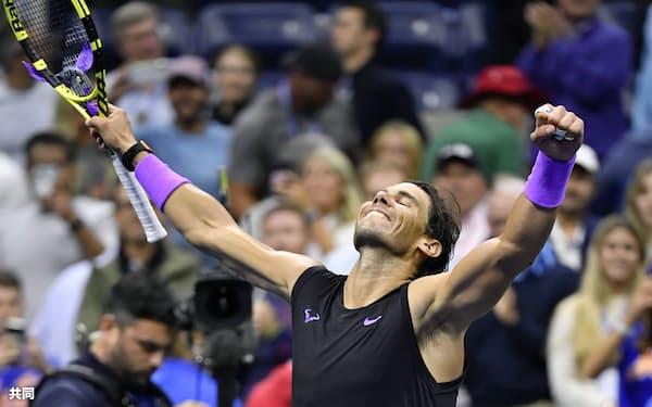 男子シングルスで決勝進出を決め、ガッツポーズするラファエル・ナダル(6日、ニューヨーク)=共同