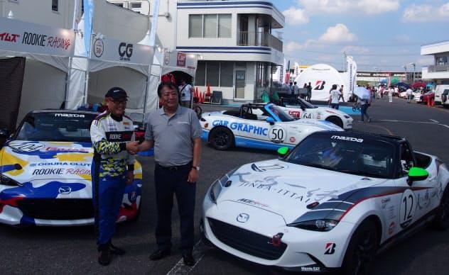 「ロードスター」の耐久レースに参戦したトヨタ自動車の豊田章男社長(左)とマツダの丸本明社長(7日、茨城県下妻市)
