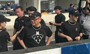 トヨタ自動車の豊田章男社長(前列左)は息子の大輔氏(同右)らとともにチームで耐久レースに参戦した(7日、茨城県下妻市)