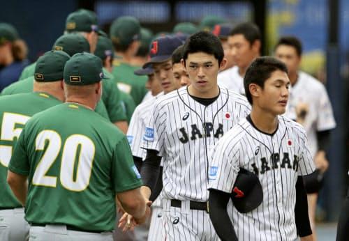 2次リーグ最終戦でオーストラリアに敗れ、健闘をたたえ合う佐々木(右から2人目)ら高校日本代表(7日、韓国・機張)=共同