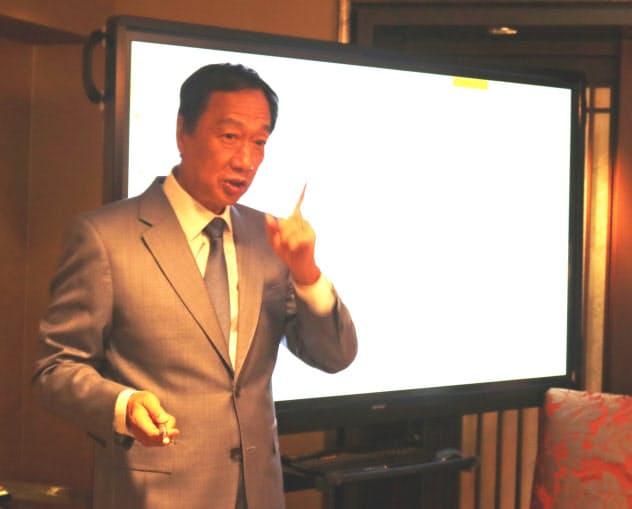 日本メディアと会見する鴻海の郭台銘・前董事長(7日、台北市内)