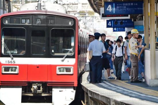 運転を再開した京急神奈川新町駅のホーム(7日、横浜市神奈川区)