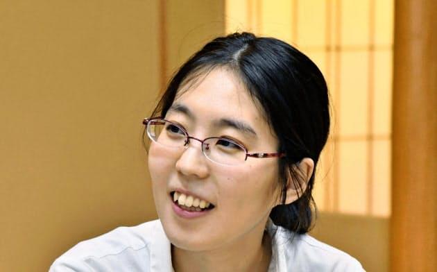 将棋の第1期清麗戦を制して史上初の女流六冠を獲得し、笑顔を見せる里見香奈新清麗(7日午後、金沢市)=共同