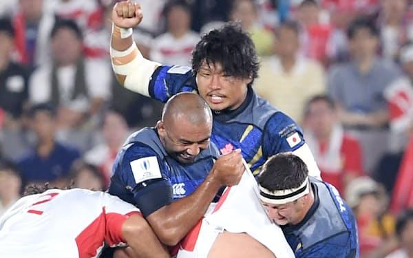 パシフィック・ネーションズカップのトンガ戦で、指示を出す稲垣(奥)