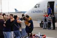 ロシアに拘束されていたウクライナ人が帰国し、親族らとの再会を喜んだ(7日、キエフ郊外)=AP