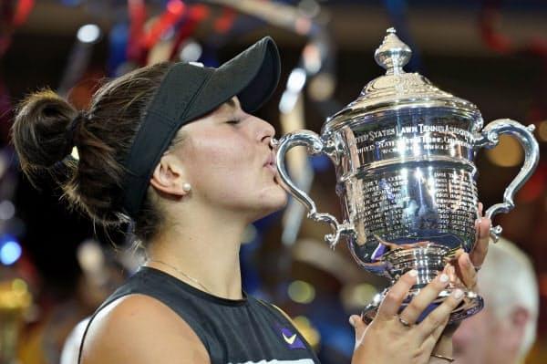 女子シングルスで優勝し、トロフィーにキスするビアンカ・アンドレースク(7日、ニューヨーク)=共同
