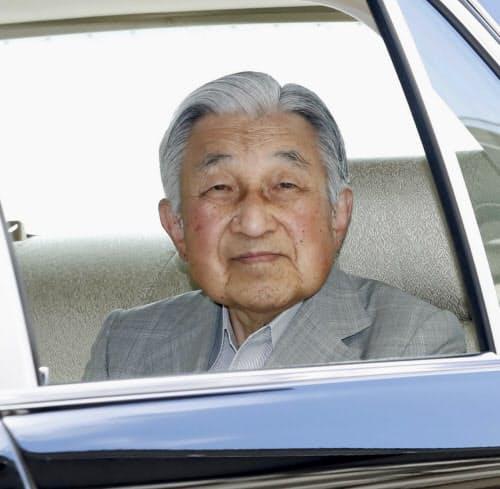 上皇后美智子さまのお見舞いのため、東大病院に到着された上皇さま(8日午前、東京都文京区)=代表撮影