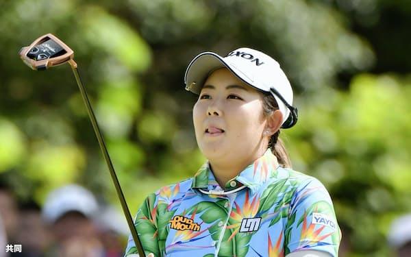 最終日、18番でバーディーパットを外した浅井咲希。通算15アンダーで2位(8日、ゴルフ5カントリーサニーフィールド)=共同