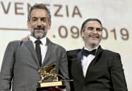 第76回ベネチア国際映画祭で金獅子賞を受賞した「ジョーカー」のトッド・フィリップス監督(左)と主演のホアキン・フェニックスさん(7日、イタリア・ベネチア)=ロイター