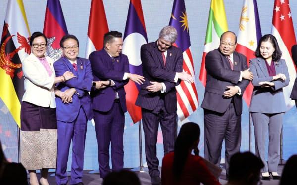 RCEP閣僚会合で写真に納まる世耕経産相(左から2人目)ら(8日、バンコク)=石井理恵撮影