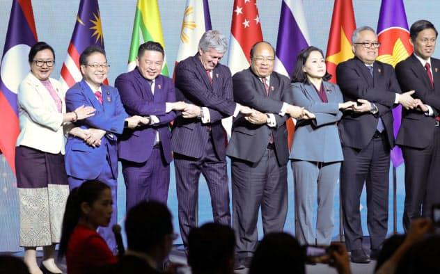 RCEP閣僚会合で写真に納まる世耕経産相(当時、左から2人目)ら(8日、バンコク)=石井理恵撮影
