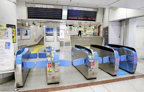 台風15号の影響で最終列車を繰り上げ、閑散とする東海道新幹線の改札=8日午後7時6分、JR東京駅