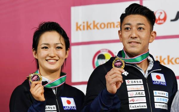 形で優勝した女子の清水(左)と男子の喜友名(8日、日本武道館)
