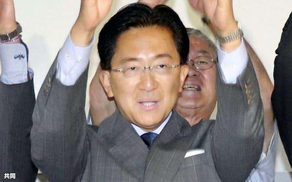 岩手県知事選で4選を果たし、支援者らと万歳する達増拓也氏(8日夜、盛岡市)