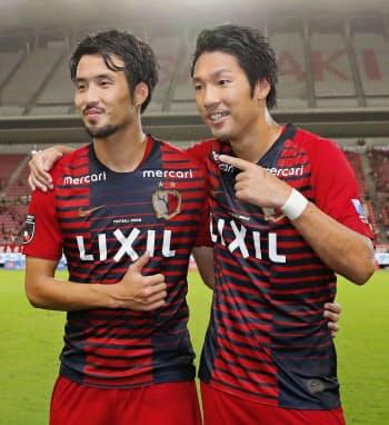 準決勝進出を決め、笑顔でポーズをとる鹿島・犬飼(左)と伊藤(8日、カシマ)=共同