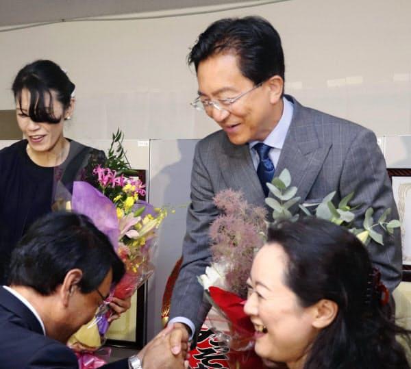 岩手県知事選で4選を果たし、支援者らと握手する達増拓也氏(8日夜、盛岡市)
