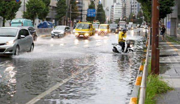 台風15号の影響で冠水した国道(9日午前、東京都港区)=共同