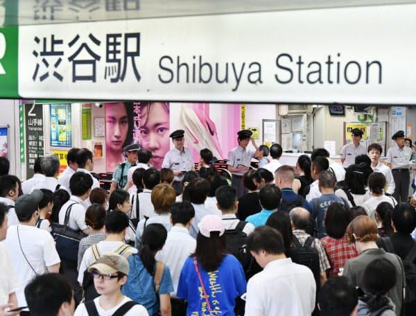 JR渋谷駅の改札前で山手線の運転再開を待つ人たち(9日午前、東京都渋谷区)