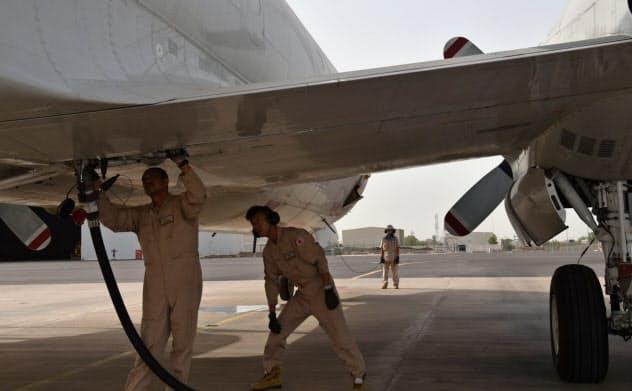 ジブチにある自衛隊の基地で哨戒機P3Cに給油をする隊員たち