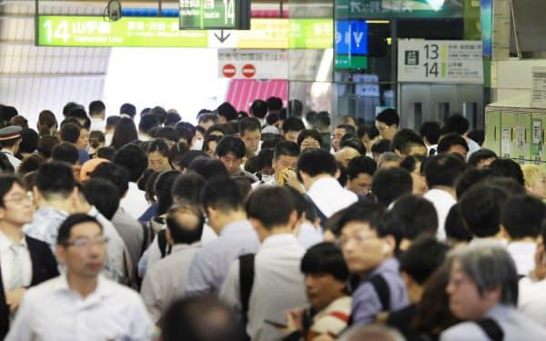 電車の運転が再開し始め、ホームへ向かう乗客などで混雑するJR新宿駅(9日午前)