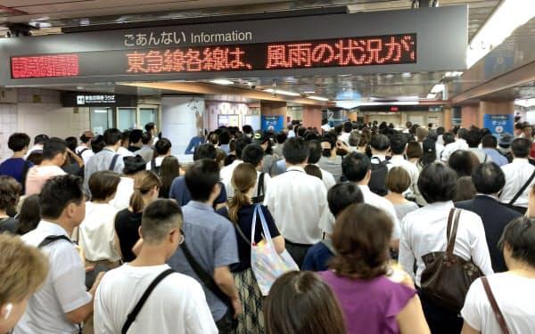 ホームに向かうため列を作る乗客(9日午前、東京都世田谷区の東急三軒茶屋駅)