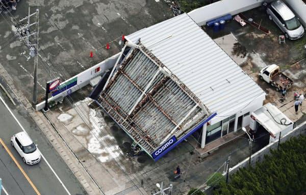 千葉県館山市で屋根が崩落したガソリンスタンド(9日午前)=共同