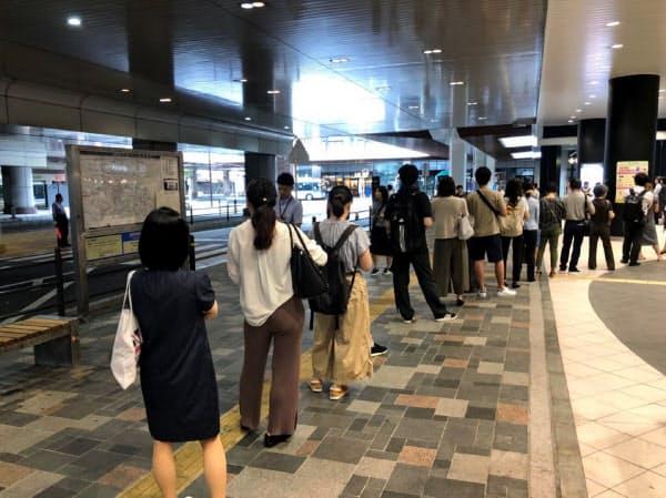 京王線府中駅はタクシー乗り場にも長い列ができた(9日午前、東京都府中市)