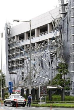台風15号の影響で崩れた羽田空港の立体駐車場の足場(9日午前)=共同